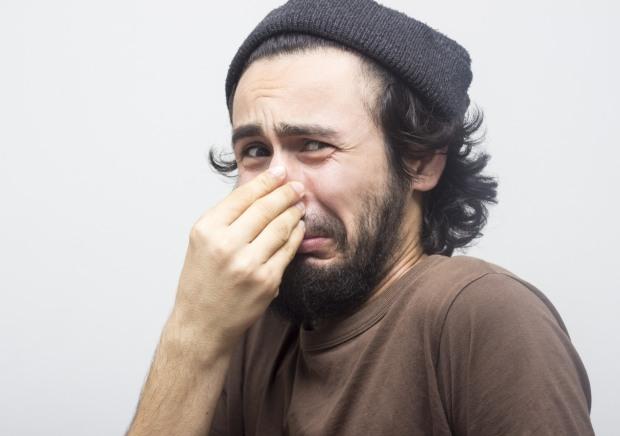 Uomo con una bella barba lunga e curata sente un cattivo odore