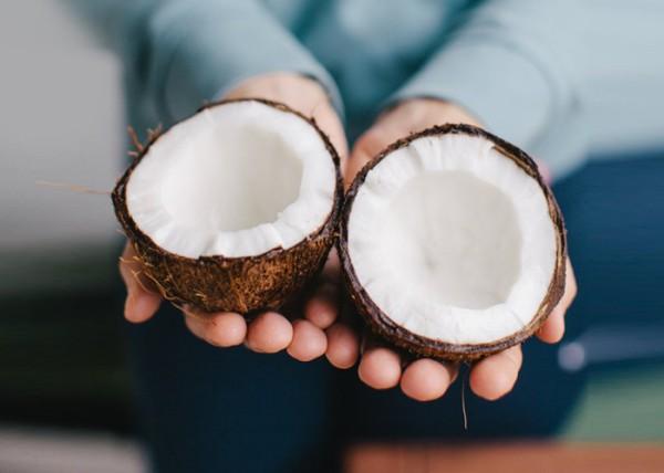 L'olio di cocco è perfetto per fare impacchi per la vostra barba