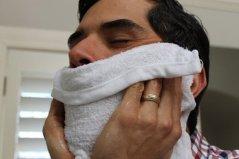 Uso di un asciugamano caldo sulla barba