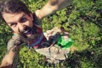 Uomo con la barba si fa un selfie insieme agli amici