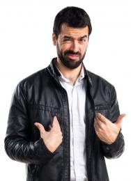 Uomo con la barba indica se stesso