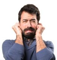 Uomo con la barba si tappa le orecchie