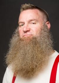 Uomo con barba lunga e folta senza baffi