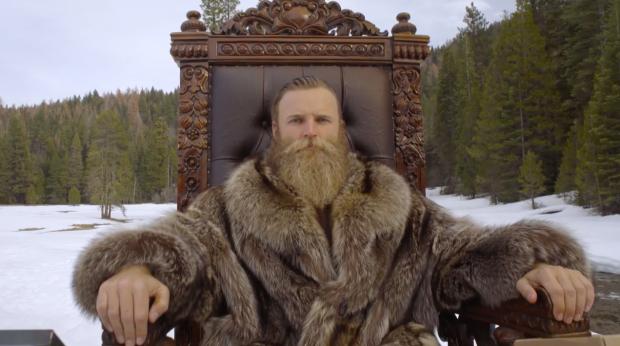 Uomo con barba lunga in una posa epica