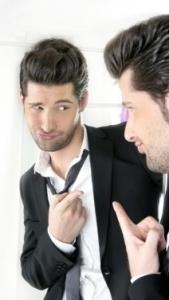 Ragazzo che si guarda allo specchio con approvazione