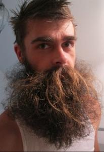 Ragazzo con una barba spettinata