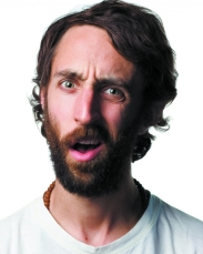 Uomo con barba confuso
