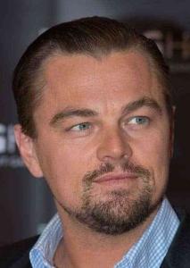 Il viso tondo di Leonardo Di Caprio con baffi e pizzetto