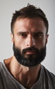 Una barba corta può ammorbidire un viso spigoloso