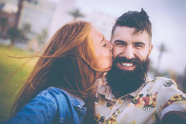 Ragazza bacia ragazzo con la barba