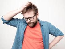 Ragazzo con barba confuso e indeciso