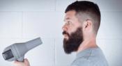 Uomo asciuga barba con il phon