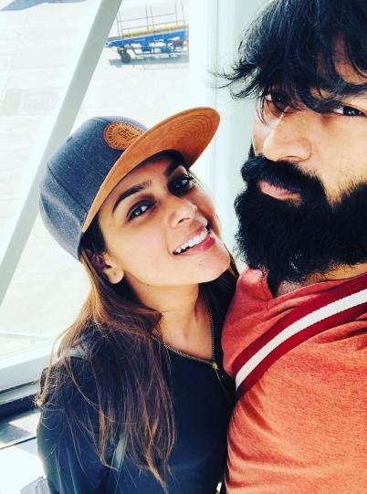 Ragazzo con la barba insieme a una ragazza