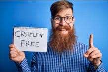Uomo con la barba a favore dei prodotti cruelty free